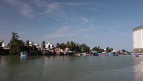 Rivière Cai Nha Trang Vietnam d'agrafe de laps de temps de rive banque de vidéos