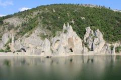 Rivière calme avec les roches blanches Photos libres de droits