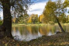 Rivière calme d'automne avec la réflexion colorée de feuillage image stock