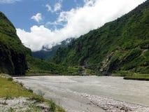 Rivière calme dans le village de montagne scénique Tal Images libres de droits