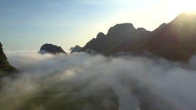Rivière calme sous les nuages brumeux contre des collines avant lever de soleil banque de vidéos