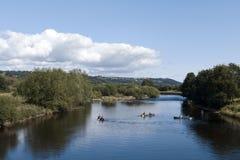 Rivière, canoës dans un jour ensoleillé images stock