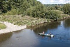 Rivière, canoës dans un jour ensoleillé image stock