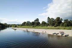 Rivière, canoës dans un jour ensoleillé photo libre de droits