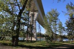 Rivière ci-dessus d'arc de pont photographie stock libre de droits