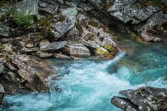 Rivière clair comme de l'eau de roche de montagne image libre de droits
