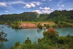 Rivière claire de turquoise près de la ville de Phong Nha en parc national de coup de Phong Nha KE, Vietnam photos libres de droits