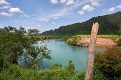 Rivière claire de turquoise près de la ville de Phong Nha en parc national de coup de Phong Nha KE, Vietnam Image stock