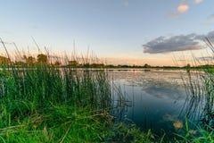rivière colorée de lac dans la campagne en été image libre de droits