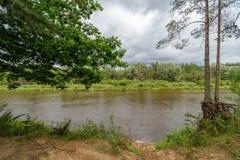 rivière colorée de lac dans la campagne en été photo stock