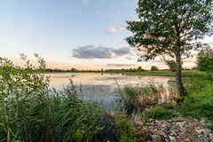 rivière colorée de lac dans la campagne en été photographie stock libre de droits