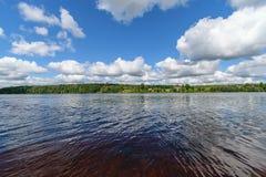 rivière colorée de lac dans la campagne en été image stock