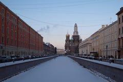 Rivière congelée de St Petersburg d'hiver photo stock
