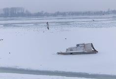 Rivière congelée en glace, bateau de pêche Images libres de droits