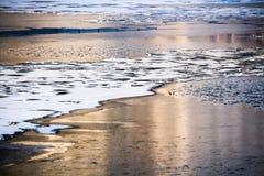 Rivière congelée et coucher du soleil Photographie stock