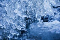 Rivière congelée et eau de égouttement photo stock