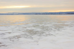 Rivière congelée et montagnes éloignées Photo stock