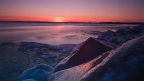 Rivière congelée par hiver glacé banque de vidéos