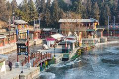 Rivière congelée par un village chinois photographie stock libre de droits