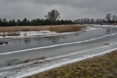 Rivière congelée pendant l'hiver Photographie stock libre de droits
