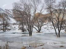 Rivière congelée sur le chemin de Kochkor à Chaek, oblast de Naryn, Kirghizistan, l'Asie centrale images stock