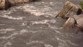 Rivière débordante avec des rochers clips vidéos