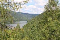 Rivière débordante parmi des collines Kahn Photographie stock
