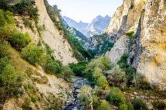 Rivière découlant des dessus des montagnes Chegem Photo stock