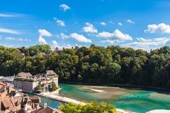 Rivière d'Aare par la vieille ville de Berne Photographie stock