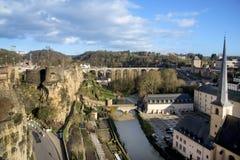 Rivière d'Alzette et dans la ville du Luxembourg, Luxembourg Photographie stock libre de droits