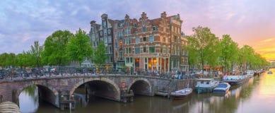 Rivière d'Amstel, canaux et vue de nuit de belle ville d'Amsterdam netherlands photographie stock