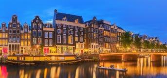 Rivière d'Amstel, canaux et vue de nuit de belle ville d'Amsterdam netherlands photos stock