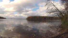 Rivière d'automne avec les nuages rapides banque de vidéos