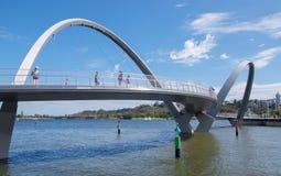 Rivière d'Elizabeth Quay Bridge et de cygne Image stock