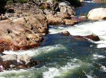 Rivière d'enroulement de l'eau sauvage entre les roches brun-rougeâtre - crique dans Yosemite, séquoia et parc national des Rois  image stock