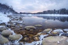 Rivière d'hiver de côte Photographie stock