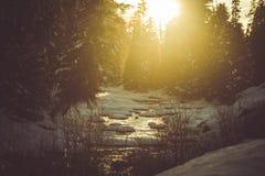 Rivière d'hiver de coucher du soleil Photos stock