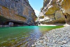 Rivière d'Irati et murs de canyon de Lumbier dans l'Espagnol Navarra Photo libre de droits