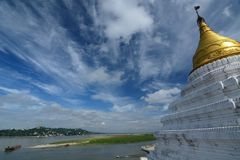 Rivière d'Irrawaddy et vue de colline de Sagaing de pagoda de Shwe-kyet-kya mandalay myanmar image stock
