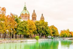 Rivière d'Isar un paysage de churchautumn de St Anna par Lehel à Munich photos libres de droits