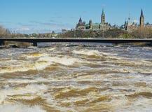 Rivière d'Ottawa augmentant entraînant l'inondation Image stock