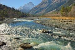 Rivière dans Caucase dans la chute Photo libre de droits