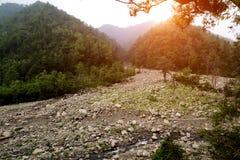 Rivière dans la gamme de montagne Image stock