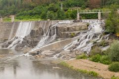 Rivière dans la montagne Photo stock
