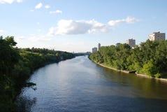 Rivière dans la ville Photographie stock
