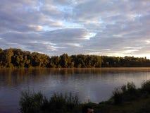 Rivière dans le lever de soleil d'été Image libre de droits