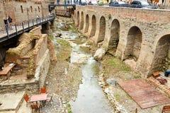 Rivière dans le secteur d'Abanotubani dans la vieille ville de Tbilisi georgia Images libres de droits