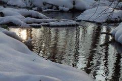 Rivière dans les bois en hiver images stock