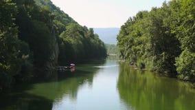 Rivière dans les montagnes banque de vidéos