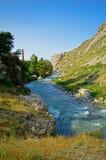 Rivière dans les montagnes Photo stock